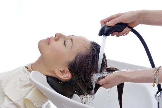 髪の毛を予洗い